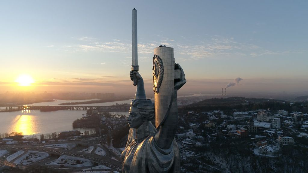 "The Motherland Monument in Kyiv, Ukraine, still uit ""Antagonisms of Memory in Post-Maidan Kyiv"""